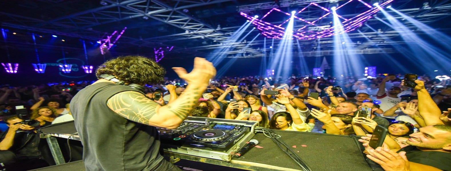 תמונת השער של חברות הפקה גדולות. DJ סקאזי עם הקהל באירוע המרכזי של חברת בזק