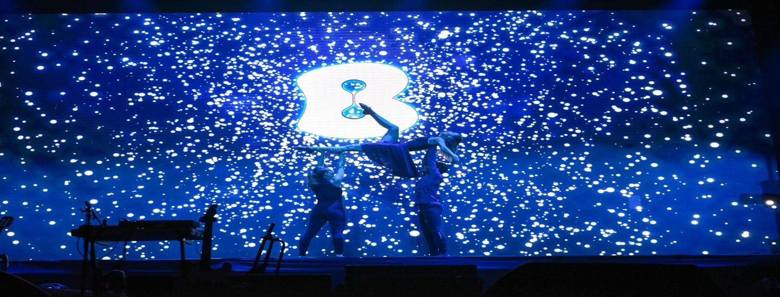 תמונת השער להפקת כנסים. 3 רקדנים במופע המרכזי בכנס בזק לעסקים