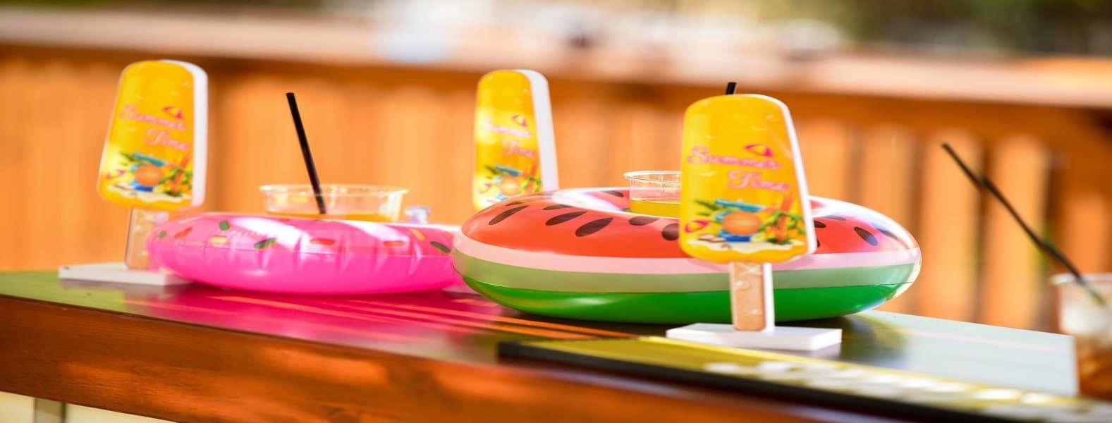 תמונת שער של משקאות וקרטיבים צוננים במסגרת אירוע חוף לנופש לקבוצות