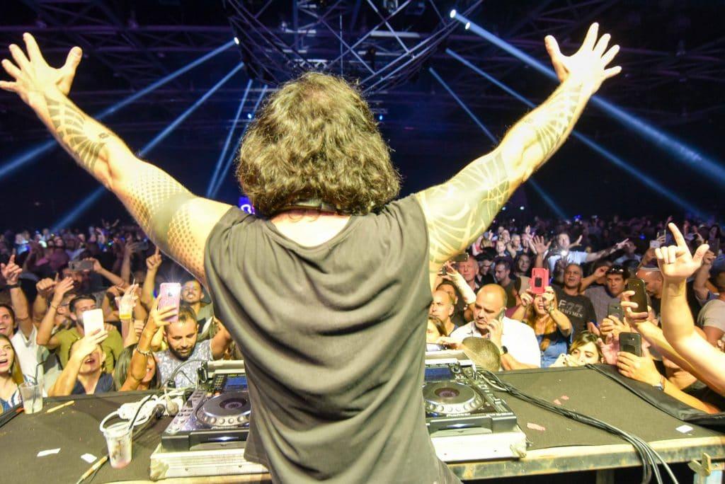 DJ סקאזי בתמונת השער למאמר על חברות הפקה גדולות - פרוצ'י הפקות אירועים