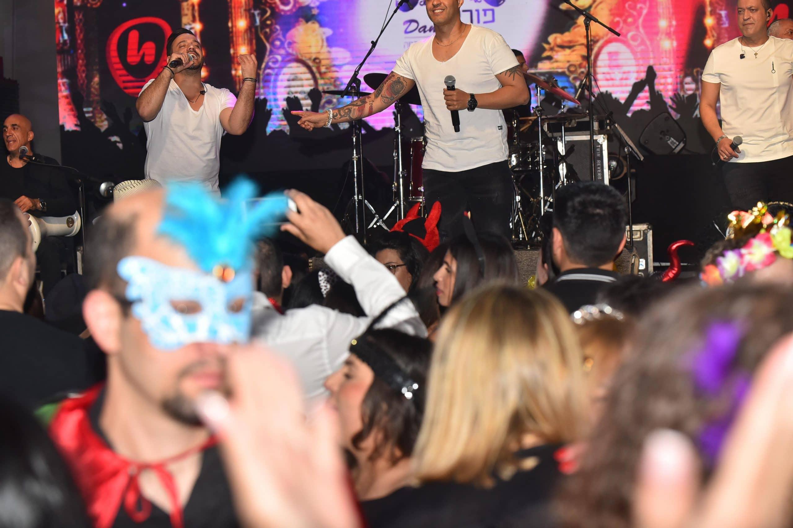 אנשים רוקדים במהלך מסיבת פורים לעובדים - פרוצ'י הפקות