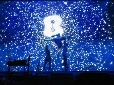 רקדנים על הבמה באירוע חברה ענק לכל עובדי חברת בזק בהפקת פרוצ'י הפקות אירועים